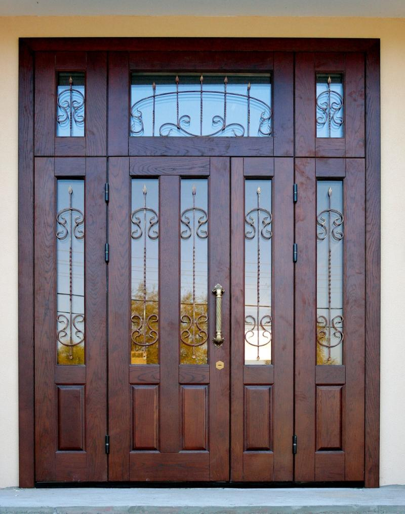 металлические парадные двери со стеклом над дверью