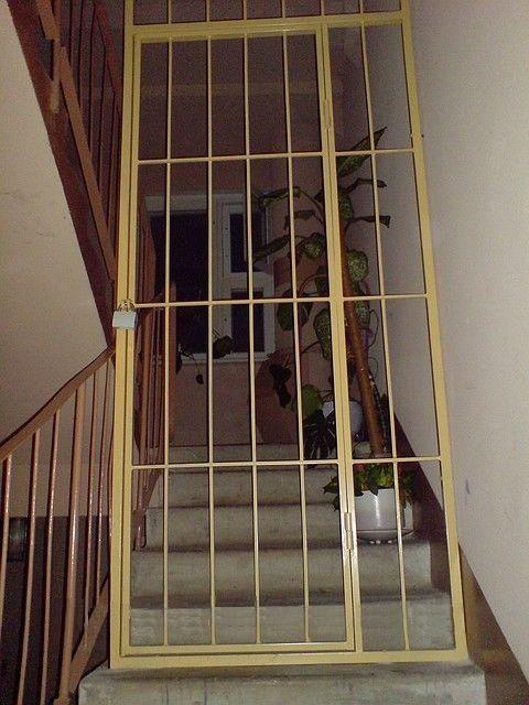 поставить железную решетку на лестничную площадку