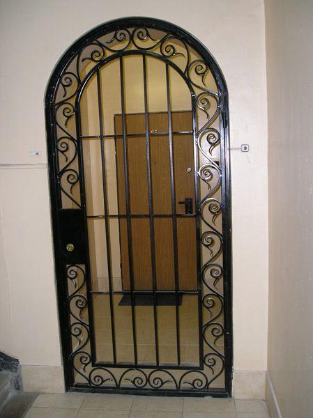 стальная дверь кованной решеткой