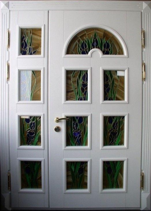 белые двухстворчатые металлические двери со стеклом